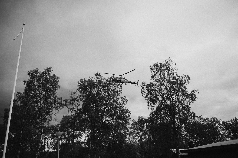 Helikopter anländer till Bruksvallarnas fjällhotell Härjedalen