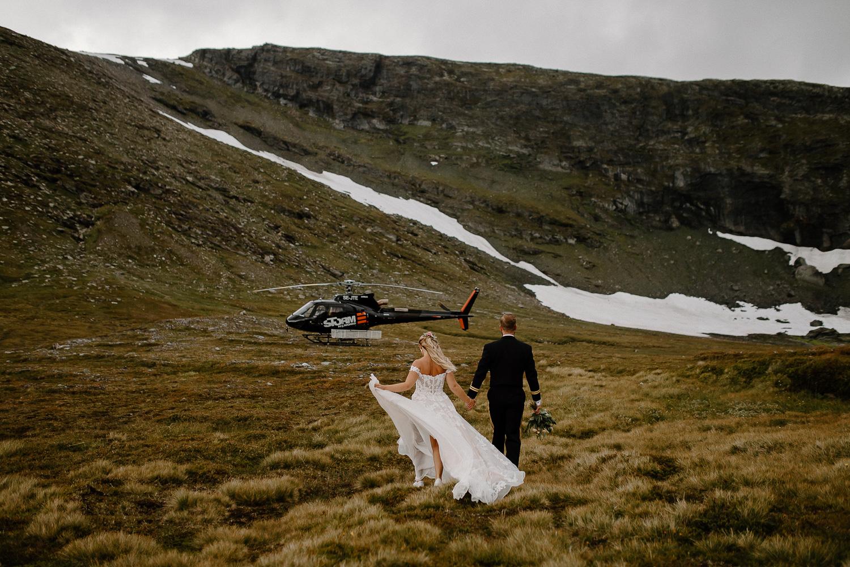 Brudpar påväg till helikopter på Skarsfjället, Ramundberget