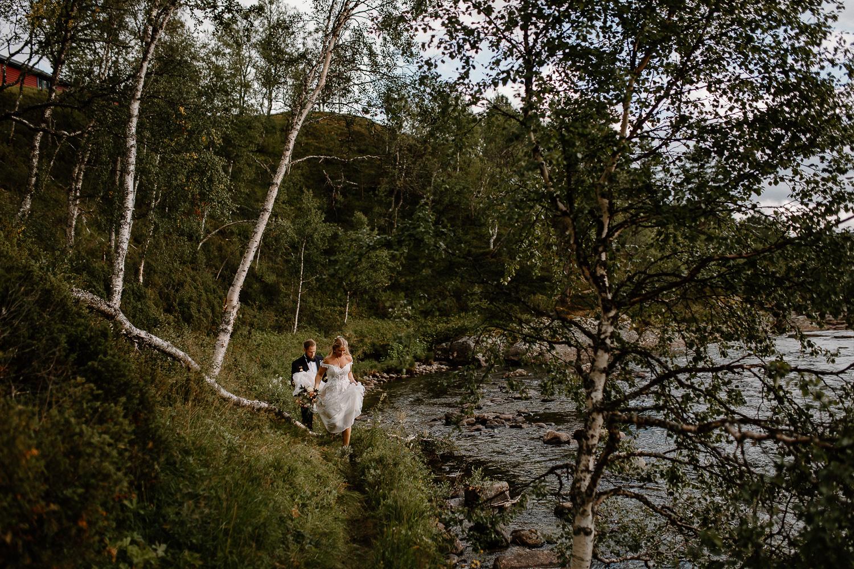 Brudpar i fjällmiljö vid Bruksvallarnas Fjällhotell, Ramundberget